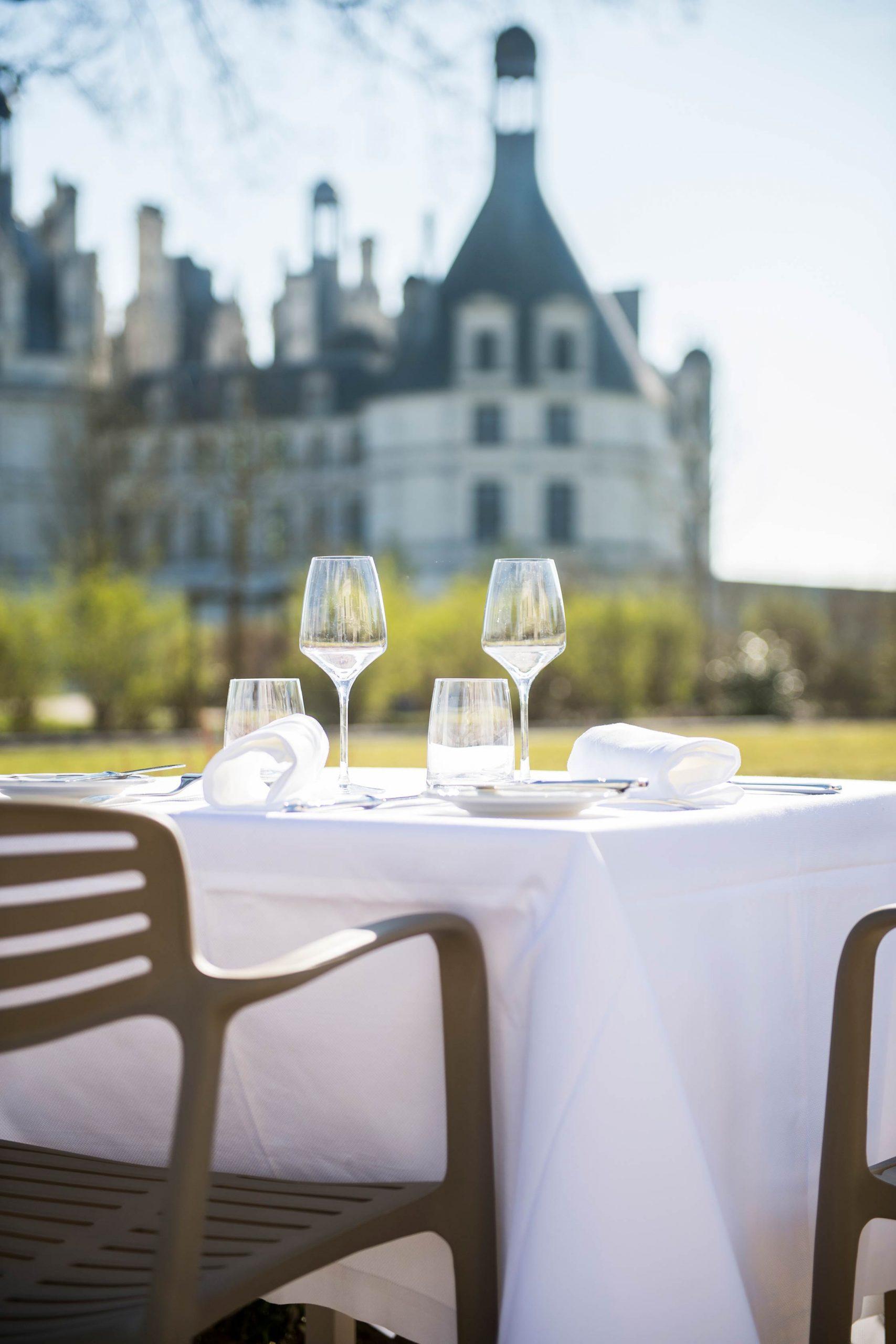 Terrasse du restaurant le Grand Saint-Michel avec vue sur le château de Chambord