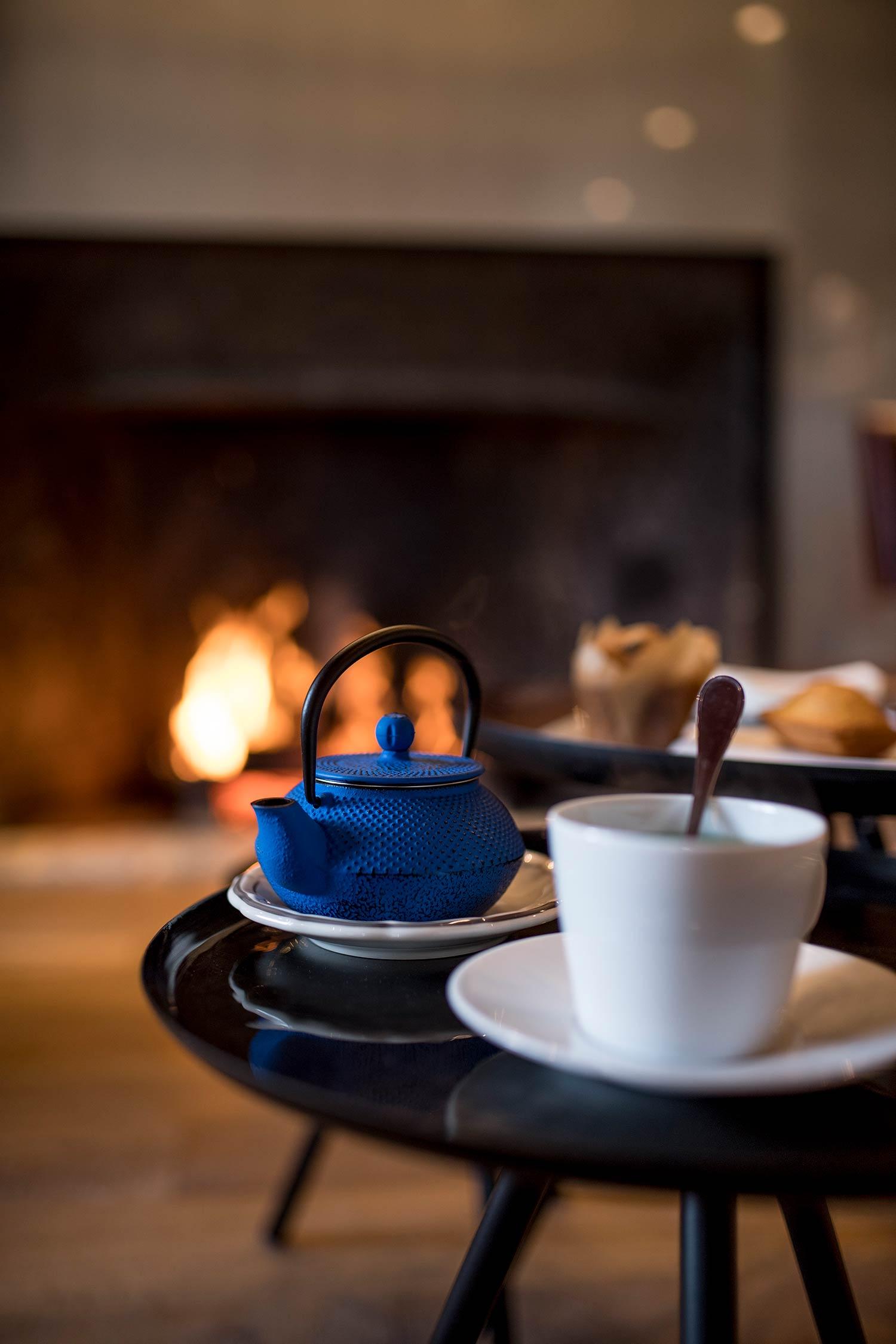 Tea time devant la cheminée au Bar du Relais